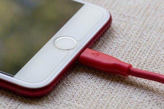 mobil v nabíječce
