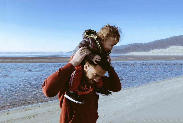 dítě na ramenou otce