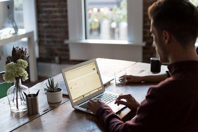 mladík u laptopu
