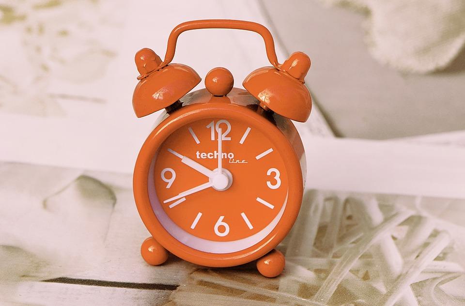 oranžový budík